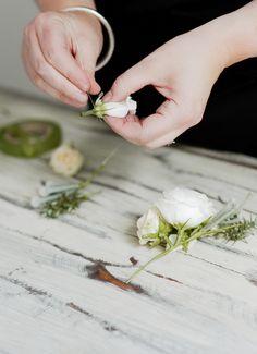 interflora-diy-floral-head-comb-step-1 Headpiece Wedding, Bridal Headpieces, Corsage Wedding, Wedding Veils, Fascinators, Gold Wedding, Flower Hair Clips, Flowers In Hair, Diy Wedding Flowers