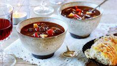 Gulasj på norsk med elg - MatPrat Fondue, Chili, Bacon, Soup, Beef, Ethnic Recipes, Game, Drinks, Hungary