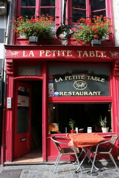 La Petite Table restaurant in Lille, Northern France Café Restaurant, Cafe Bistro, Paris Cafe, Montmartre Paris, Cafe Shop, Shop Fronts, Coffee Shops, Cafe Design, France Travel