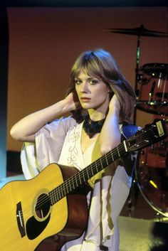Nancy Wilson of Heart... because there is nothing more beautiful than a girl with a guitar!