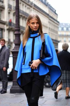 This combo of a blue cape coat and black leggings is proof that a pared down casual look can still be stylish. Fashion Moda, Look Fashion, High Fashion, Womens Fashion, Fashion Design, Fashion Trends, Street Fashion, Fashion Edgy, Paris Fashion