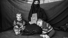 Iman, 25 anos, carregou apenas seu filho Ahmed, sua filha Aisha e o Corão ao fugir de casa em Aleppo. No campo de Nizip, em território turco, ela conta que o livro sagrado dos muçulmanos lhe oferece proteção.