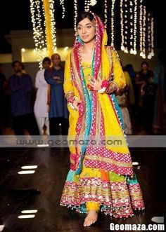 Pakistani Bride - such a beautiful mehndi dress Check out more desings at: http://www.mehndiequalshenna.com/