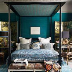 Σε αυτό το υπνοδωμάτιο ο ένας τοίχος έχει βαφτεί σε πετρόλ απόχρωση, ενώ στο υπόλοιπο δωμάτιο έχουν επιλεγεί επίσης αποχρώσεις του μπλε.