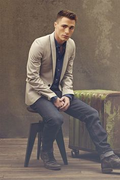 This is really a fantastic casual look, take note of the oxford and the blazer, working together with the boots and the jeans, the lights and dark colors of this outfit make it fresh and original!