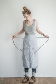 Zilveren gewassen lange/garcon linnen schort is gemaakt van 100% natuurlijke linnen. Verstelbare taille zal passen, kleine, grote of x-groot. Gewassen lichtgrijs linnen schort is dat een functionele en lange levensduur met twee handige zakken aan de voorzijde geplaatst. Schort wordt