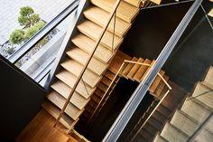 Da die Treppe als Kragarmtreppe ausgeführt ist, besitzen die Geländer keine tragende Funktion. Geländer und Brüstungen konnten somit aus 17,8 mm VSG/ESG ausgeführt werden. Alle Stufen (1000 mm x 350 mm) sind aus einem Stück Eiche gefertigt und mit sogenannter Furnierabwicklung eingebaut. Dabei wurden die Furniere des aufgeschnittenen Eichenstamms der Reihenfolge nach sortiert, so dass man beim Begehen der Teppe diesen Eichenstamm quasi durchschreitet. Blinds, Stairs, Curtains, Home Decor, Built Ins, Stair Treads, Hand Railing, Stairway, Decoration Home