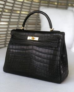 🖤💛 Hermès 32cm Kelly Retourne Matte Black Niloticus Crocodile Gold Hardware 💛🖤 #hermes #kellycrocodile #kellyblack #hermesbag #priveporter