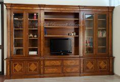 Libreria in stile classico realizzata in noce massello intarsiato in olivo, ante laterali con vetro, parte centrale a giorno, adatta anche come porta Tv.