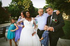 Pause rigolote et glamour avec les amis au Domaine de Valmont Photo Macro, Photos Hd, Photo Couple, Album Photo, Photo Booth, Glamour, Wedding Dresses, Fashion, Newlyweds