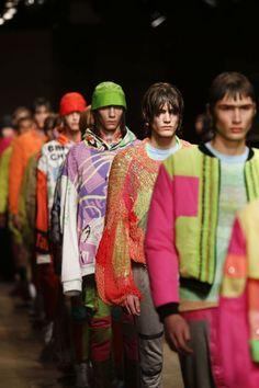 Londres relançou a sua semana de moda masculina nesta sexta-feira com um novo nome e roupas extravagantes, enquanto a cidade busca manter o seu status de centro criativo após a decisão do Reino Uni…