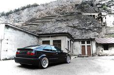 Volkswagen Corrado VR6 Turbo geheel opnieuw opgebouwd en zeer goed onderhouden. Carrosserie is geheel opnieuw gespoten in een Porsche kleur. Lakwerk in extreem goede staat. De lak is vorig jaar afgewerkt met een 'Modesta Glascoating' wat een extreem diepe glans en een (letterlijk) glasharde toplaag geeft. Motor is geheel gereviseerd en opnieuw opgebouwd inclusief turbo ombouw. Alles staat op veilig afgesteld wat nu resulteert in 350 pk en 500NM koppel. Sinds ombouw maximaal 6.000 km...