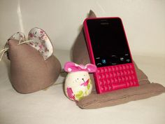 """Coussin , support pour téléphone portable en lin """"taupe"""" : Autres accessoires par cocoon-by-ln"""