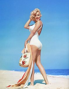 Marilyn Monroe at Amagansett Beach in Long Island photographed by Sam Shaw, 1957 - people I'm homo for - Cinema Estilo Marilyn Monroe, Fotos Marilyn Monroe, Norma Jean Marilyn Monroe, Marilyn Monroe Style, Marilyn Monroe Outfits, Marilyn Monroe Drawing, Hollywood Glamour, Classic Hollywood, Old Hollywood
