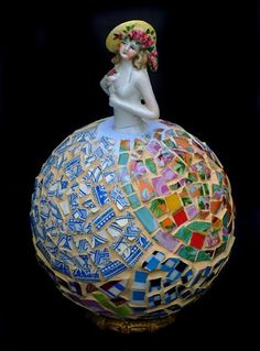 This mosaic pattern would look great on a gazing ball! Mosaic Bowling Ball, Bowling Ball Art, Mosaic Crafts, Mosaic Projects, Mosaic Ideas, Mosaic Designs, Mosaic Patterns, Mosaic Glass, Glass Art