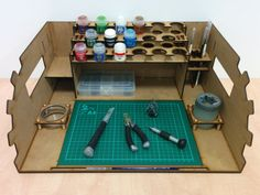 Compact and portable painting station! Such a good idea for warhammer 40k model painting.