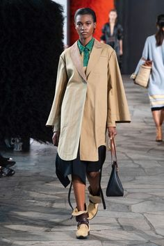 Loewe | Ready-to-Wear - Spring 2019 | Look 1 Runway Fashion, Fashion Show, Womens Fashion, Fashion Trends, Loewe, Unique Fashion, Catwalk, Duster Coat, Ready To Wear