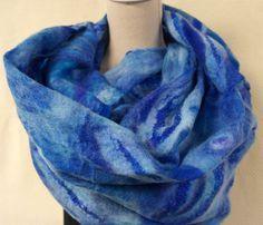 Schal, handmade Nuno Filz für Damen. Blauer Schal, Schal. Wolle, Filz und Seide.  Schöne, elegante, einzigartige Schal für Frauen. Der Schal aus Filz und Seide ist leicht, warm und ideal für einen frischen sommerlichen Abend. Eine perfekte Mode-Accessoire, das Sie und Ihr besonderes Outfit.  Größe ca. 60-180 cm.  Der Schal ist handgefertigt in fühlte sich der Nass Technik und dann in Schattierungen von blau gefärbt. Chiffon ist mit Wolle der Merinoschafe modifiziert und dekoriert mit…