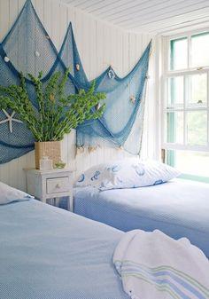 Cameretta in stile marina - Rete di pescatori alle pareti per arredare con personalità una camera da letto stile marina.