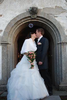 Kyssen på kyrktrappan - BröllopsGuiden