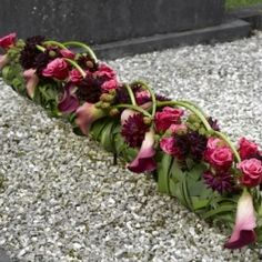smal kiststuk in rood Creative Flower Arrangements, Funeral Flower Arrangements, Funeral Flowers, Flower Centerpieces, Flower Decorations, Art Floral, Deco Floral, Floral Design, Grave Decorations