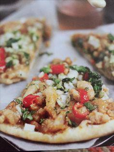 Thaise pizza met garnalen  (500 visgerechten pg 132)  6 el smeuïge pindakaas 100 g yoghurt 2 tl bruine suiker 1 ½ tl sojasaus  1tl geroosterde sesamolie 1 tl scherpe chiliolie 2 el rijstwijnazijn 2 teentjes knoflook geperst 325 g gekookte garnalen middelmaat 1 pizzabodem 30 cm 100 g fijngehakte rode paprika 100 g fijngehakte lente-ui 50 g koriander vers