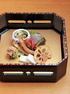 今日の一汁三菜は、たこのオリーブオイルとわざびのソース、舞茸と鰯の天ぷら、季節の八寸。