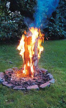 Schon mal ein Schwedenfeuer gemacht? Dagegen sieht ein normales Lagerfeuer todlangweilig aus. Wir können nur empfehlen, es selbst mal auszuprobieren. Und wie es geht, seht ihr in unsere Bauanleitung.