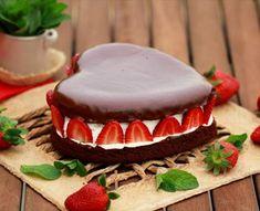 Pastel corazón de chocolate con nata y fresas