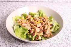 Într-un bol se amestecă fasolea boabe cu porumbul şi pieptul de pui fiert şi tăiat cubuleţe. Se condimentează cu sare, piper, ardei iute uscat mărunţit, o linguriţă de miere şi de soia, ulei de măsline şi oţet. Amestecul rezultat se serveşte pe frunză de salată. Cobb Salad, Food, Essen, Meals, Yemek, Eten