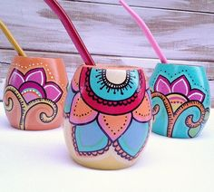 Painted Flower Pots, Painted Pots, Hand Painted, Diy And Crafts, Arts And Crafts, Yerba Mate, Flower Doodles, Posca, Ceramic Painting