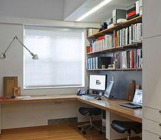 선반과 이어진 책상