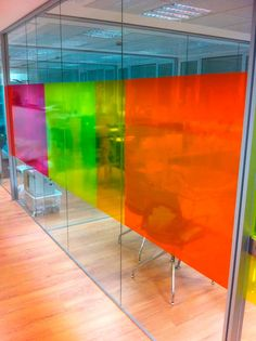 Viniles transparentes para publicidad en ventanas / Vinilo de recorte de publicidad / Vinilo de recorte para anuncio / Vinil de recorte para anuncio / Viniles de recorte para publicidad / Vinilos de recorte  computarizado / Viniles de recorte computarizado Cubicles, Sign Design, Vintage Industrial, Office Ideas, Colored Glass, Workplace, Signage, Playroom, Windows
