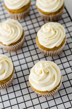 Strawberry Crumble: Cupcake de Abóbora e Especiarias com Cobertura de Cream Cheese