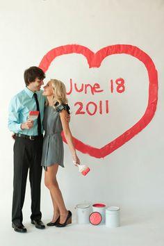 Save the date com tinta na parede branca (da casa nova?).