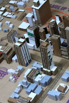 CARDBOARD MODELLING Cardboard City, Cardboard Model, Cardboard Sculpture, Cardboard Toys, Paper Art, Paper Crafts, City Model, Projects For Kids, Art Projects