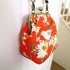 to buy! U-Handbag Patterns - U-Handbag - The Queen Bee Bag PDF pattern Handbag Patterns, Bag Patterns To Sew, Handmade Handbags, Handmade Bags, Briefcase Women, Frame Purse, Diy Purse, Fabric Bags, Vintage Clutch