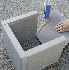 Plantenbak van stoeptegels. Aan elkaar lijmen met betonlijm. Een tegel op de onderkant maakt de plantenbak af. Boor in deze tegel wel gaten zodat het overtollige water weg kan lopen.