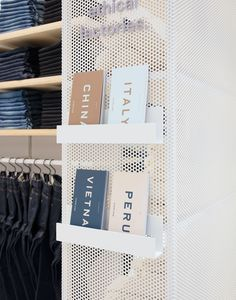 Everlane eröffnet permanenten Laden in New York Soho - Haus Dekoration Store Signage, Retail Signage, Display Design, Booth Design, Sign Design, Layout Design, New York Soho, Retail Store Design, Retail Shop