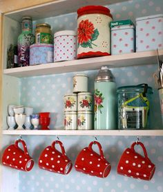 cozinha linda azul bolinhas brancas via charmerendegjenbruk