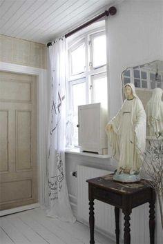 Gardin A. Gylstorff, L 250 cm - Jeanne d' Arc Living Old Radiators, Home Altar, Light Texture, Cottage Design, White Houses, Dream Decor, Image House, Our Lady, Scandinavian Design
