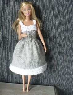 FREE - KNIT - Robe pour Barbie blanche et grise ~ page to be translated (French) Knitting Dolls Clothes, Knitted Baby Clothes, Crochet Doll Clothes, Baby Knitting Patterns, Baby Clothes Patterns, Free Knitting, Free Crochet, Baby Girl Dresses Diy, New Baby Dress
