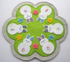 Grace& Favours - Craft Adventures: Felt Penny Rug Pattern for my . Funny Embroidery, Felt Embroidery, Embroidery Patterns, Embroidery Stitches, Machine Embroidery, Felt Diy, Handmade Felt, Bunny Crafts, Easter Crafts