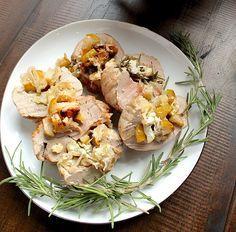 Свиная вырезка, начиненная луком шалот, грушами и голубым сыром