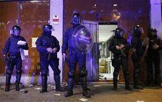Manifestantes que apoyan a ocupantes ilegales de inmuebles en Barcelona chocaron nuevamente el martes con la policía