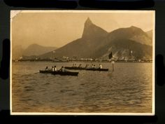 DESCONHECIDO. Fotografia de prova de remo na Praia de Botafogo, Rio de Janeiro, com a estátua do Cristo Redentor em construção, c. 1930. 12,2 x 17,5 cm. A estátua foi inaugurada em 1931.
