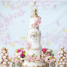 Beautiful tiered wedding cake. Loving the gold embellishment and the flowers adorn that gives a hint of classic Reinaissance element.