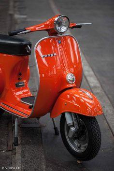 Blackwork Orange, Vespa Primavera 1975, nur 5'950 Km, im O-Lack. – VE8PA.CH Vintage Vespa, Vespa Retro, Retro Scooter, Lambretta Scooter, Vespa Scooters, Piaggio Vespa, Vespa Girl, Scooter Girl, Blackwork