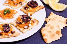 Le sfoglie classiche con insalata di polpo sono degli stuzzichini freschi dal sapore mediteranno.