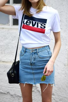 Get Your Essential Plain White Blue And Red Logo Levi's T-Shirt This Summer … 2019 – Sommerkleider Trend 2019 Rock Tumblr, Fashion Mode, Fashion Outfits, Jean Skirt Outfits, Levis T Shirt, Casual Outfits, Cute Outfits, Mode Jeans, Women's Jeans